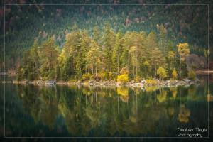 Das Bild zeigt den Eibsee bei Garmisch-Partenkirchen. Ich finde, man kann schon den herannahmenden Winter erahnen. Deshalb passt es glaube ich ganz gut für den November.