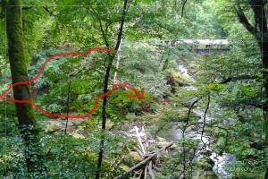 Standort für das Foto von der gegenüberliegenden Seite und ungefährer Verlauf des Pfades dorthin